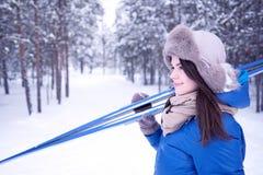 Piękna dziewczyna jest iść narciarstwem w drewnach obrazy royalty free
