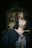 Piękna dziewczyna jest ubranym średniowieczną suknię Studio pracy inspirować Caravaggio cris xvii zdjęcia royalty free
