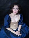 Piękna dziewczyna jest ubranym średniowieczną suknię xvii fotografia stock