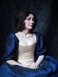 Piękna dziewczyna jest ubranym średniowieczną suknię xvii obrazy royalty free