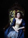 Piękna dziewczyna jest ubranym średniowieczną suknię xvii obraz stock