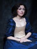 Piękna dziewczyna jest ubranym średniowieczną suknię xvii zdjęcia royalty free