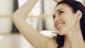 Piękna dziewczyna jest ubranym dancingowego kostium z gorsecikiem zbiory wideo