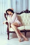 Piękna dziewczyna kłama na kanapie w pościeli Obrazy Royalty Free