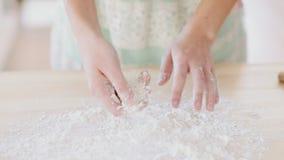 Piękna dziewczyna klascze ręki wypełniać z mąką zbiory