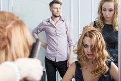 Piękna dziewczyna ma jej ostrzyżenie w fryzjerstwo salonie Obraz Stock