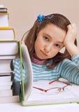 Piękna dziewczyna ma mnóstwo pracę domową Zdjęcie Royalty Free