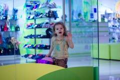 Piękna dziewczyna ma zabawę na sklepie Zdjęcie Royalty Free