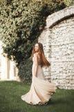 Piękna dziewczyna, model z długie włosy pozować w parkowym pobliskim wielkim murze Krakow Vavel zdjęcia stock