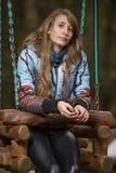 Piękna dziewczyna na drewnianej huśtawce zdjęcia stock