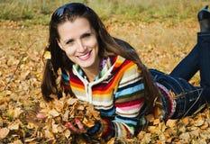 Piękna dziewczyna na jesień spacerze Fotografia Stock
