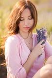 Piękna dziewczyna na lawendowym polu obraz stock