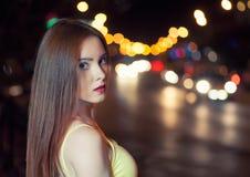 Piękna dziewczyna na zamazanym carlights tle z copyspace zdjęcie royalty free