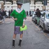 Piękna dziewczyna na zewnątrz Alberta Ferretti pokazu mody buduje fo Zdjęcia Stock