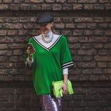 Piękna dziewczyna na zewnątrz Alberta Ferretti pokazu mody buduje fo Fotografia Stock