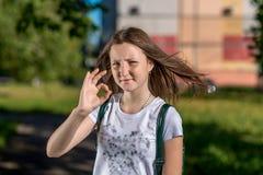 piękna dziewczyna nastoletnia Lato w naturze Poza W jaskrawym słońcu Shchurets pokazuje ręka gest dobrze Pojęcie wszystko jest pr Zdjęcia Stock