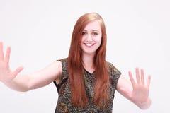 Piękna dziewczyna ono uśmiecha się pokazywać palmę Obrazy Royalty Free