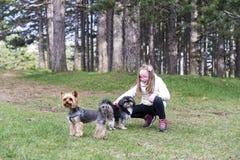 Piękna dziewczyna ono uśmiecha się przy parkiem z psami obraz stock