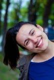 Piękna dziewczyna ono uśmiecha się w lasowej dziewczynie z długie włosy bez makeup bez makeup Zdjęcia Royalty Free