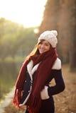Piękna dziewczyna ono uśmiecha się z zmierzchem w zim ubraniach Obraz Royalty Free