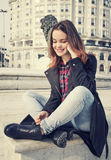 Piękna dziewczyna opowiada na telefonie komórkowym w miastowym mieście Obraz Royalty Free