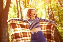 Piękna dziewczyna Outdoors cieszy się naturę w lesie zdjęcie royalty free