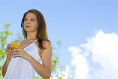piękna dziewczyna pije balkonowa rana pomarańcze Zdjęcia Stock