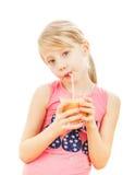 Piękna dziewczyna pije grapefruitowych smoothies odizolowywających na białym tle Fotografia Stock