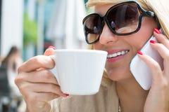 Piękna dziewczyna pije kawę z długim blondynka włosy obraz royalty free