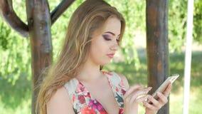 Piękna dziewczyna pisze w jej telefonów sms zbiory