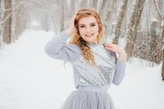Piękna dziewczyna pod opadem śniegu Obrazy Stock