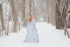 Piękna dziewczyna pod opadem śniegu Zdjęcia Royalty Free
