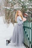 Piękna dziewczyna pod opadem śniegu Obraz Royalty Free