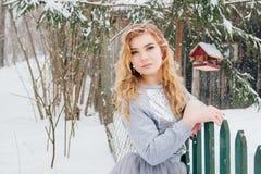 Piękna dziewczyna pod opadem śniegu Zdjęcia Stock