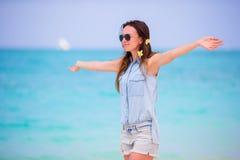 Piękna dziewczyna podczas tropikalnego plaża wakacje Cieszy się suumer urlopowego na plaży przy Afryka z frangipani samotnie Zdjęcie Stock