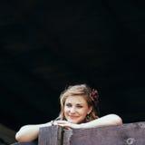 Piękna dziewczyna podpiera up na drewnianym poręczu Obraz Stock