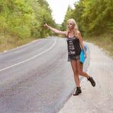 Piękna dziewczyna podróżuje samohamowną przyrząd fotografii strzelaninę na nat zdjęcia stock