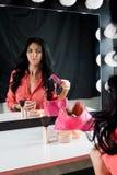 Piękna dziewczyna pokazuje długie włosy blisko lustra Zdjęcie Royalty Free