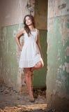 Piękna dziewczyna pozuje modę blisko starej ściany Obrazy Stock
