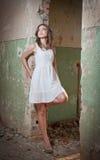 Piękna dziewczyna pozuje modę blisko starej ściany Obraz Stock