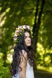 Piękna dziewczyna pozuje na sesja zdjęciowa. w lesie Obraz Royalty Free