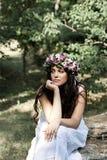 Piękna dziewczyna pozuje na sesja zdjęciowa. w lesie Obrazy Stock