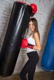 Piękna dziewczyna pozuje w bokserskich rękawiczkach Zdjęcie Royalty Free
