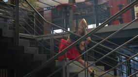 Piękna dziewczyna pozuje w centrum handlowym, zwolnione tempo zdjęcie wideo