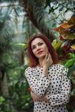 Piękna dziewczyna pozuje w tropikalnym lasowym zakończeniu jest ubranym w sukni zmysłowa młoda kobieta zdjęcia stock