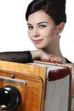 Piękna dziewczyna pozuje z starą kamerą Obraz Stock