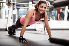 Piękna dziewczyna pracująca w gym out zdjęcia stock