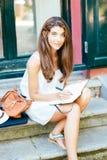 Piękna dziewczyna pracuje outdoors Obrazy Stock