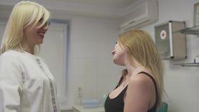 Piękna dziewczyna przy dermatologiem zbiory wideo