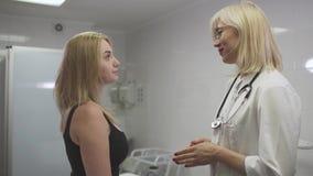 Piękna dziewczyna przy dermatologiem zdjęcie wideo